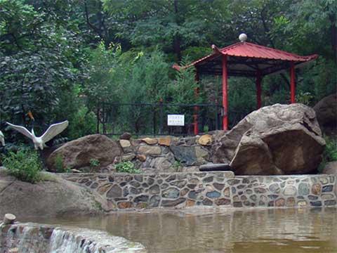 水泉沟陵园中的亭子