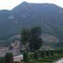 桃峰陵园前面的山