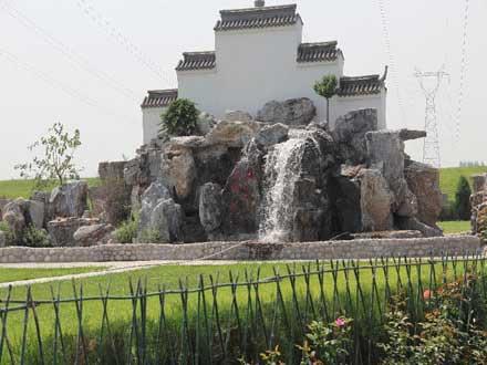 卧龙公墓园中的假山、瀑布