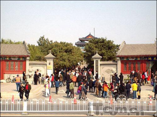 八宝山人民公墓门前