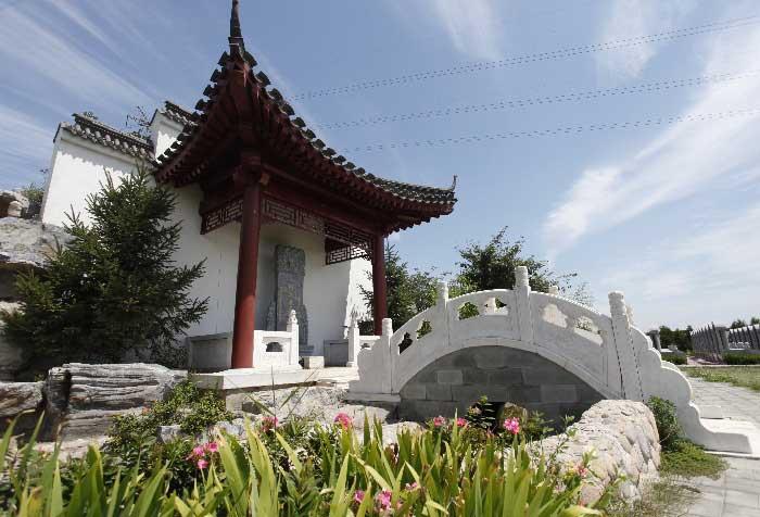 卧龙公墓拱桥、半亭